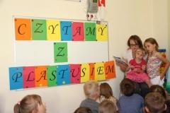 Mama Amelki i Lenki  czyta z Plastusiem