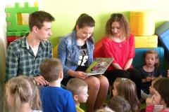 Gimnazjaliści czytają przedszkolakom
