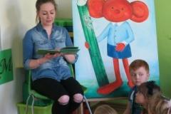 Mama Dominika K. czyta z Plastusiem